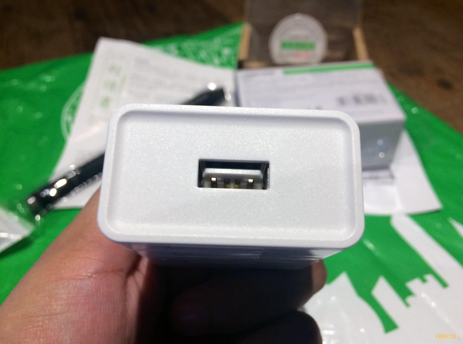 绿联QC3.0充电器插口