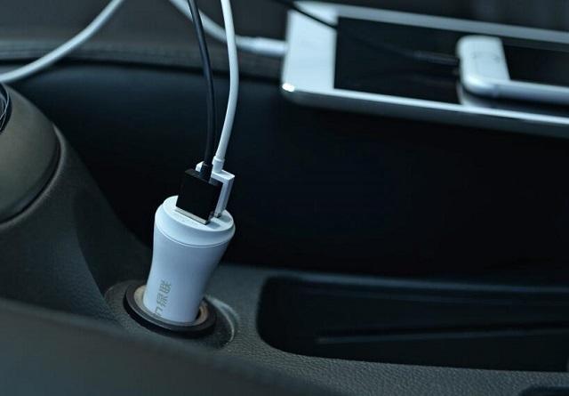 车载充电器给手机充电.jpg