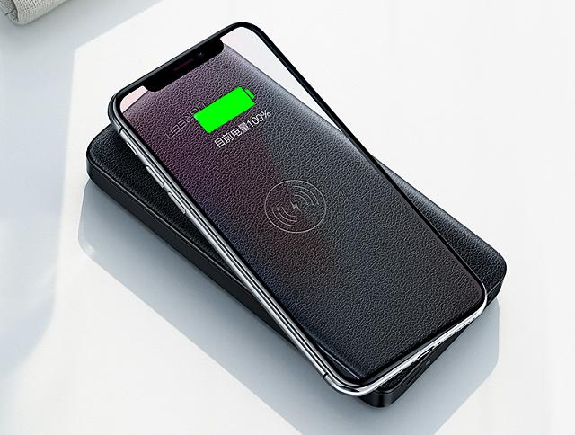 绿联无线充电宝为iPhone XS无线充电